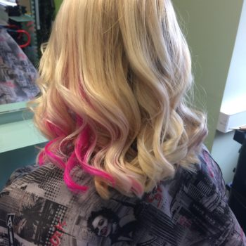 Roosa salk blondidesse juustesse